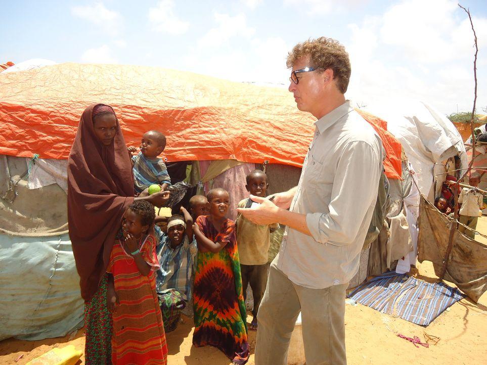 """""""Unreported World"""" Reporter Aidan Hartley (r.) reist nach Mogadishu, um sich dort mit dem Koch Ahmed zu treffen, der ihm Einblicke in das Leben dort... - Bildquelle: Quicksilver Media"""