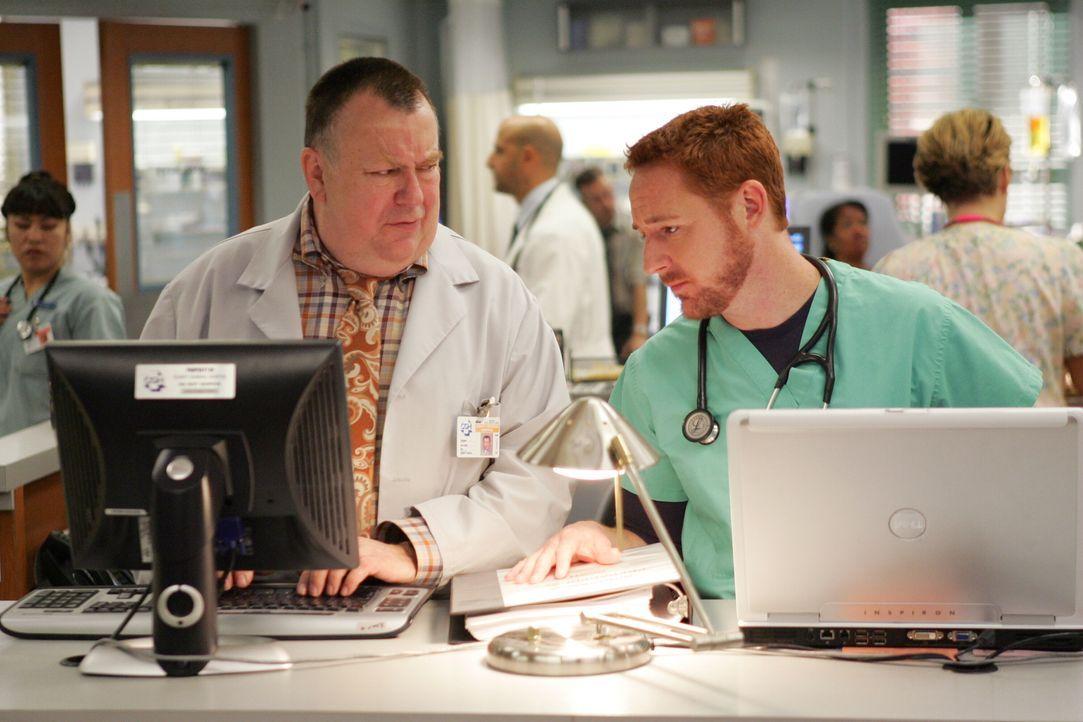 Frank (Troy Evans, l.) und Dr. Morris (Scott Grimes, r.) unterhalten sich über die Vorkommnisse des Tages ... - Bildquelle: Warner Bros. Television