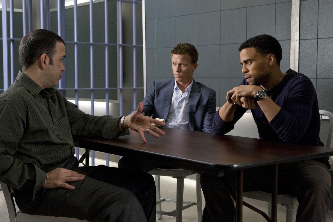 Travis (Michael Ealy, r.) und Wes (Warren Kole, M.) ermitteln in einem neuen Fall, dabei kommen sie Carlos Perez (Luis Antonio Ramos, l.) auf die Sp... - Bildquelle: USA Network