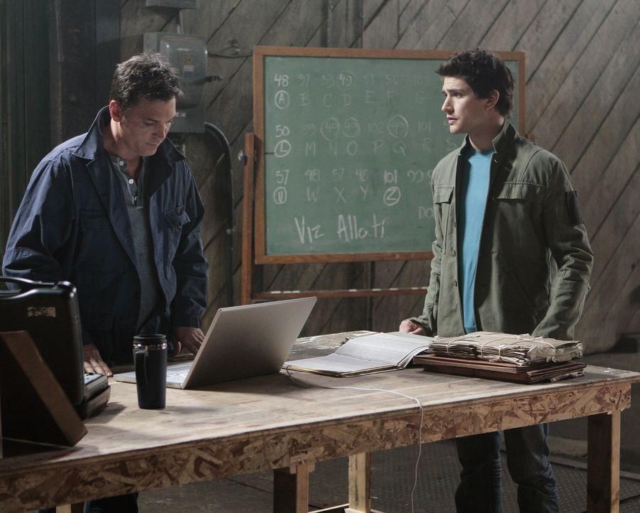 Gemeinsam mit Tom Foss (Lea Nicholas, l.) schmiedet Kyle (Matt Dallas, r.) einen Plan, wie er seinen gestohlenen Ring zurückbekommen kann. - Bildquelle: TOUCHSTONE TELEVISION