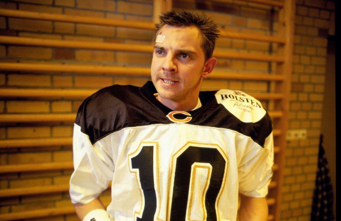"Tom Borkmann (Steven Merting) ermittelt undercover in der American Football-Mannschaft ""Berlin Thunder"". - Bildquelle: Leslie Haslam Sat.1"