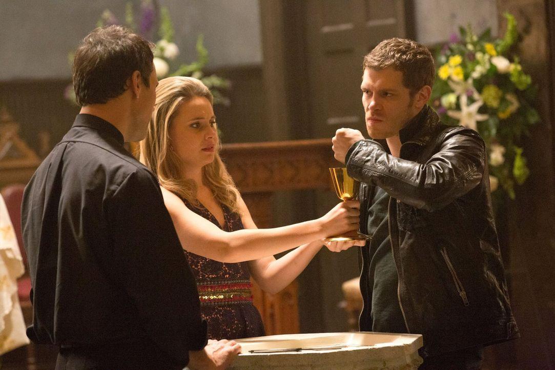Cami (Leah Pipes, M.) trifft eine Entscheidung, die das Leben von Pater Kieran (Todd Stashwick, l.) und das von Klaus (Joseph Morgan, r.) beeinfluss... - Bildquelle: Warner Bros. Television