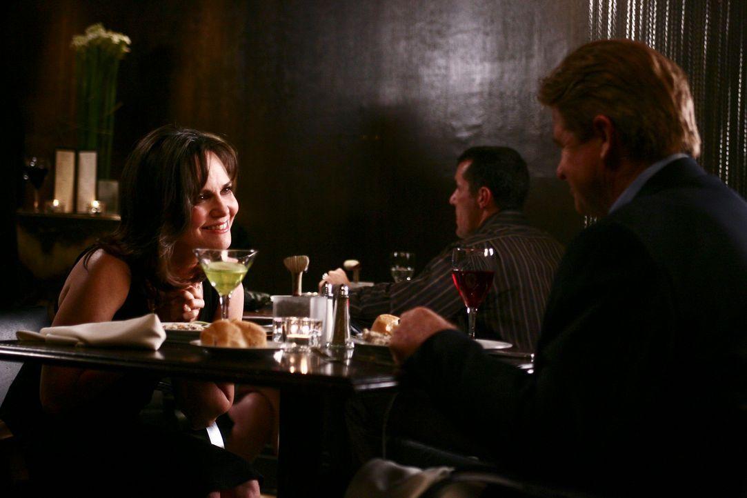Für eine Date mit David Morton (Treat Williams, r.) schmeißt sich Nora (Sally Field, l.) in Schale ... - Bildquelle: Disney - ABC International Television