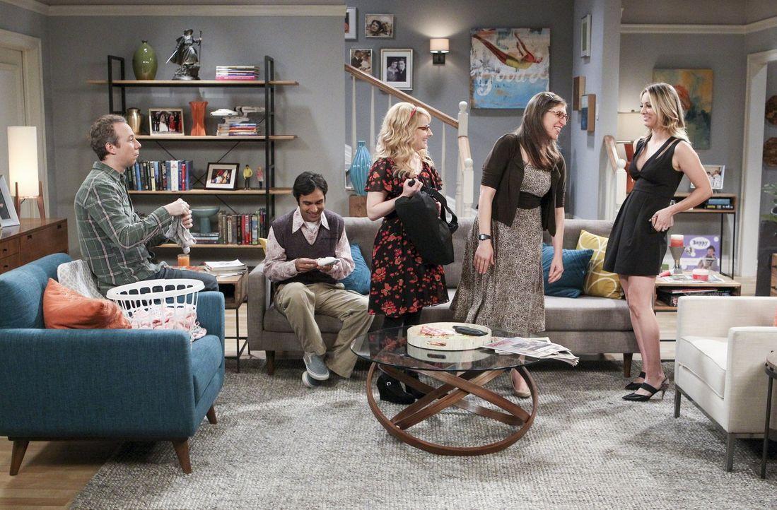 Bernadette (Melissa Rauch, M.), Amy (Mayim Bialik, 2.v.r.) und Penny (Kaley Cuoco, r.) planen einen heißen Mädelsabend. Unterdessen sollen Stuart (K... - Bildquelle: 2016 Warner Brothers