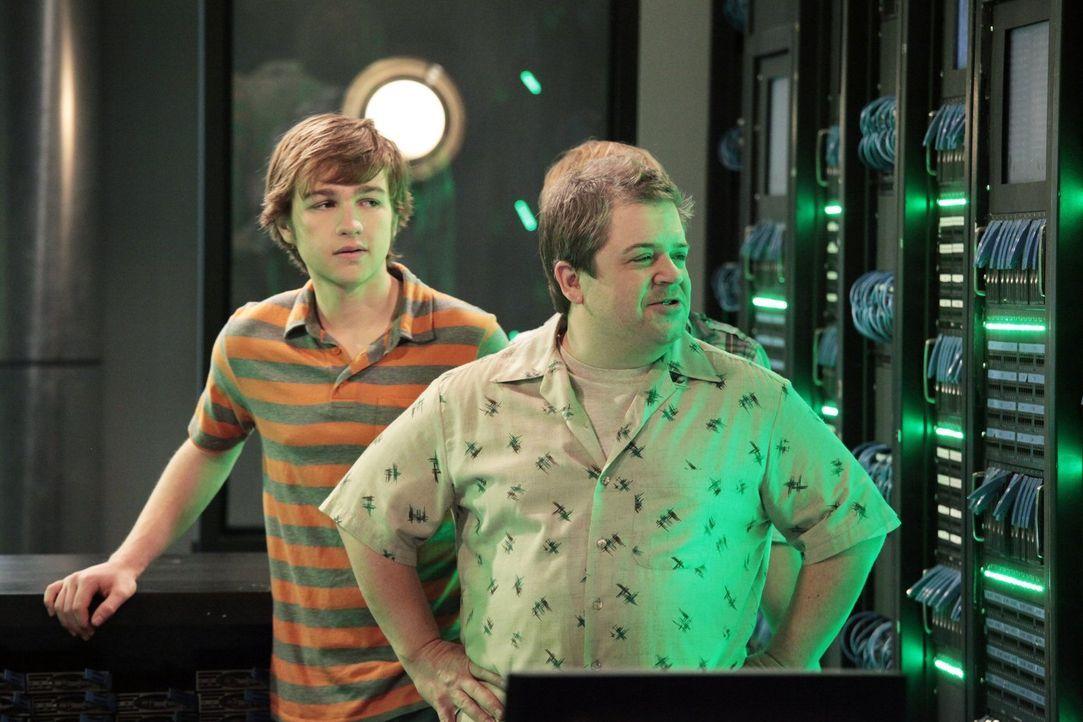 Jake (Angus T. Jones, l.) und Eldridge haben wider Erwarten ihren Highschool-Abschluss bestanden und stehen nun vor der Berufswahl. Schließlich werd... - Bildquelle: Warner Brothers Entertainment Inc.