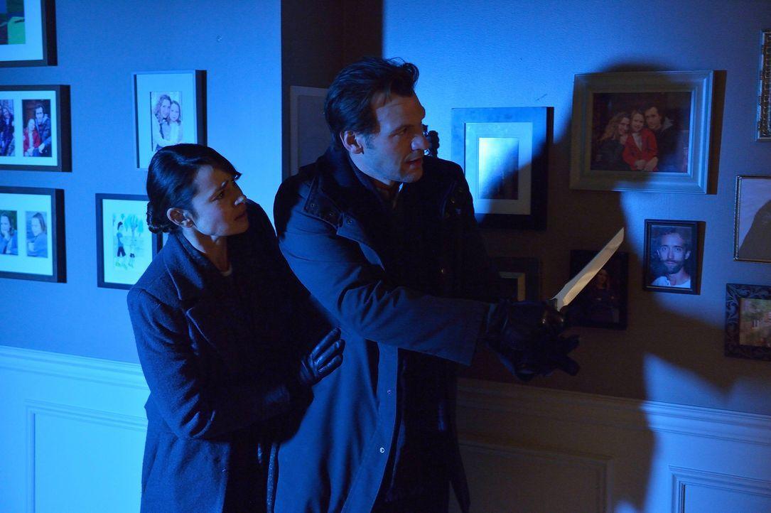 Wie werden Nora (Mia Maestro, l.) und Eph (Corey Stoll, r.) reagieren, als Jim ihnen ein erschütterndes Geständnis macht? - Bildquelle: 2014 Fox and its related entities. All rights reserved.