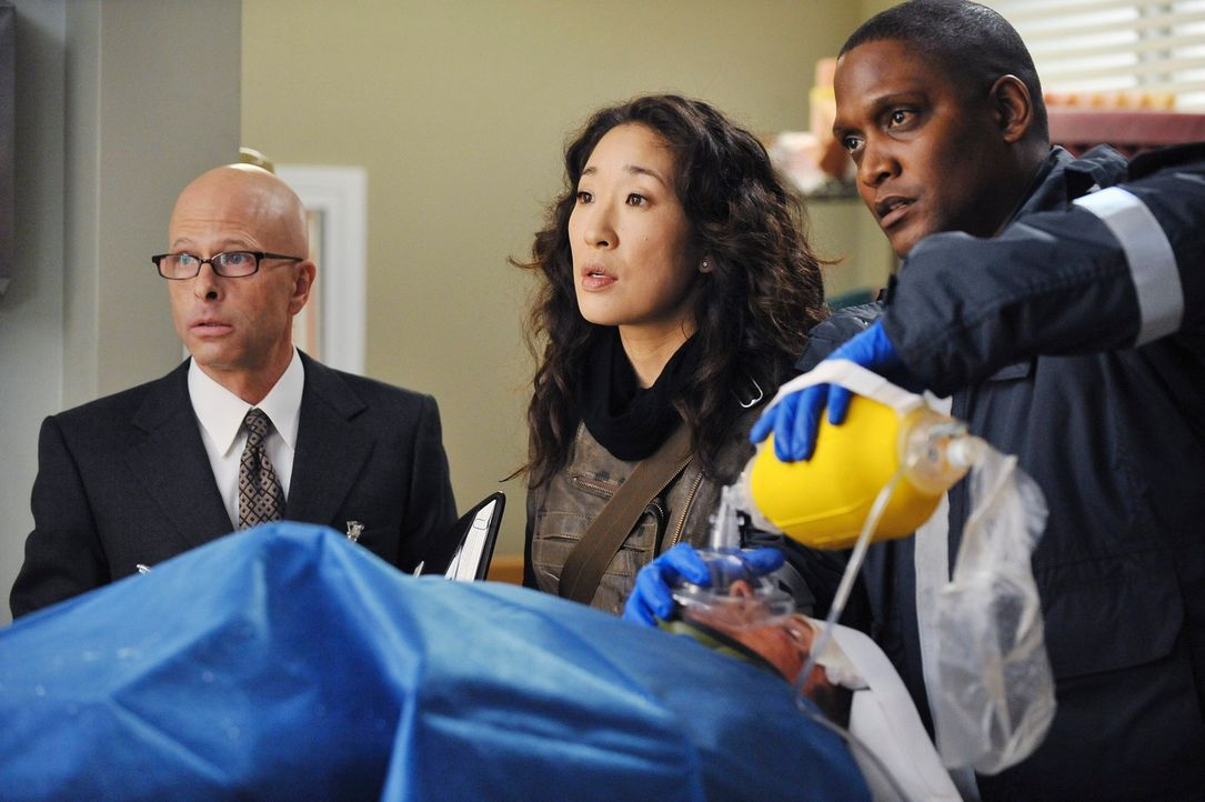 Cristina (Sandra Oh, M.) versucht alles, um einen Patienten zu retten ... - Bildquelle: Touchstone Television