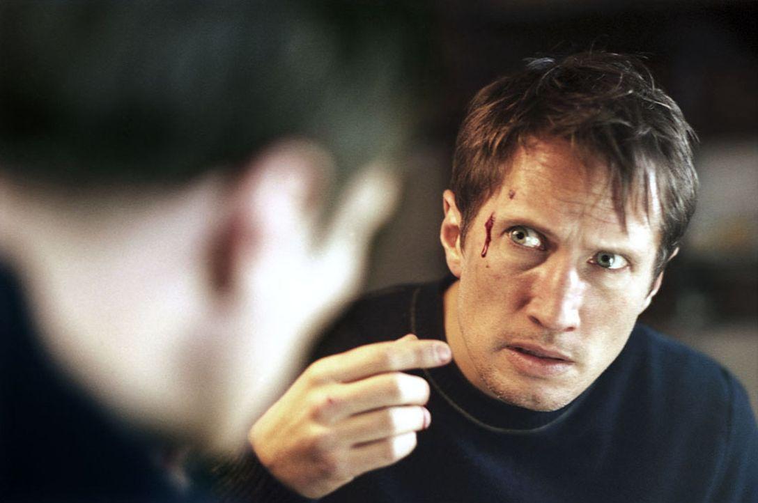 Seit seiner Ankunft in Kaifeck plagen Marc (Benno Fürmann) Alpträume. Immer wieder fügt er sich dabei Verletzungen zu. Als er im Dorf über die Bilde... - Bildquelle: Kinowelt