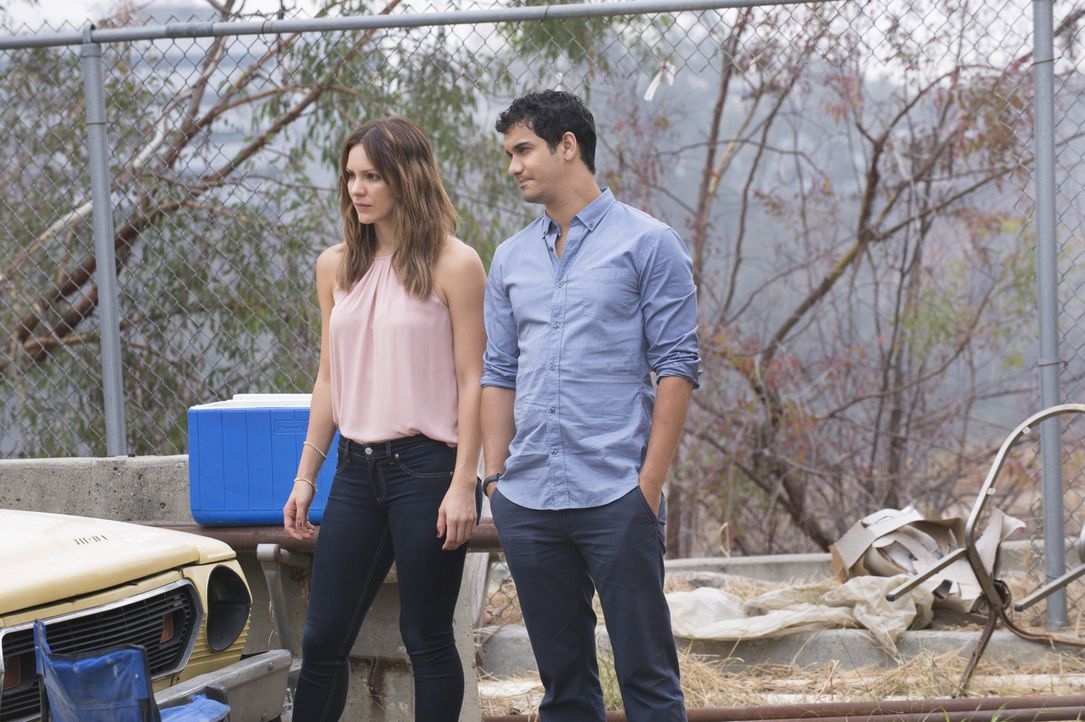 Paige (Katharine McPhee, l.) ist sich sicher, dass Walter (Elyes Gabel, r.) Freunde außerhalb des Scorpion Teams braucht. Walter sieht das jedoch ei... - Bildquelle: Neil Jacobs 2015 CBS Broadcasting, Inc. All Rights Reserved.