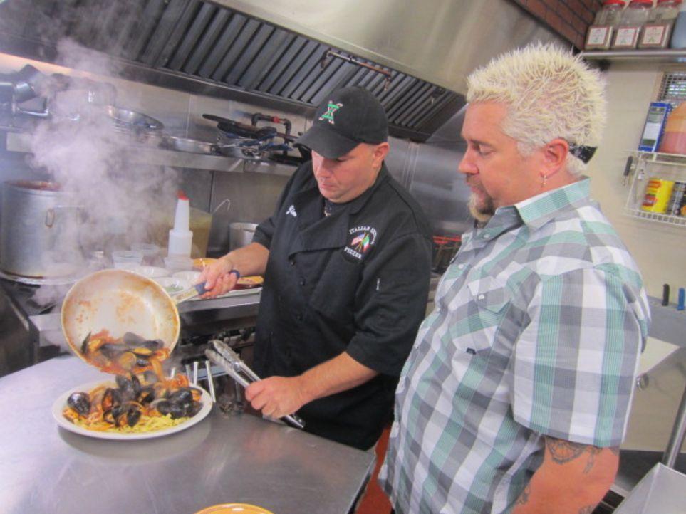 """In der """"Italian Express Pizzeria"""" in Boston weiht Jim Iannuzzi (l.) Guy Fieri (r.) in sein Geheimnis beim Zubereiten von Muscheln ein ... - Bildquelle: 2012, Television Food Network, G.P. All Rights Reserved."""