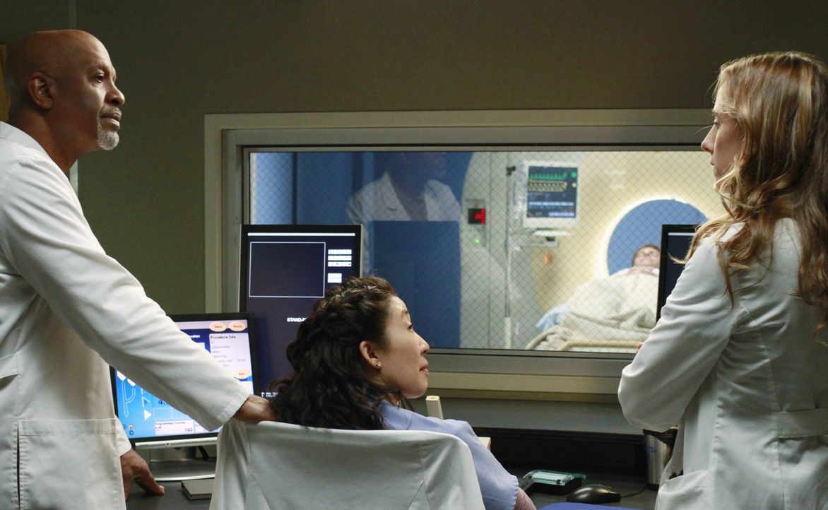 Sind sich bei der Behandlung von Henry (Scott Foley, 2.v.r.) nicht ganz einig: Cristina (Sandra Oh, 2.v.l.), Teddy (Kim Raver, r.) und Richard (Jame... - Bildquelle: ABC Studios