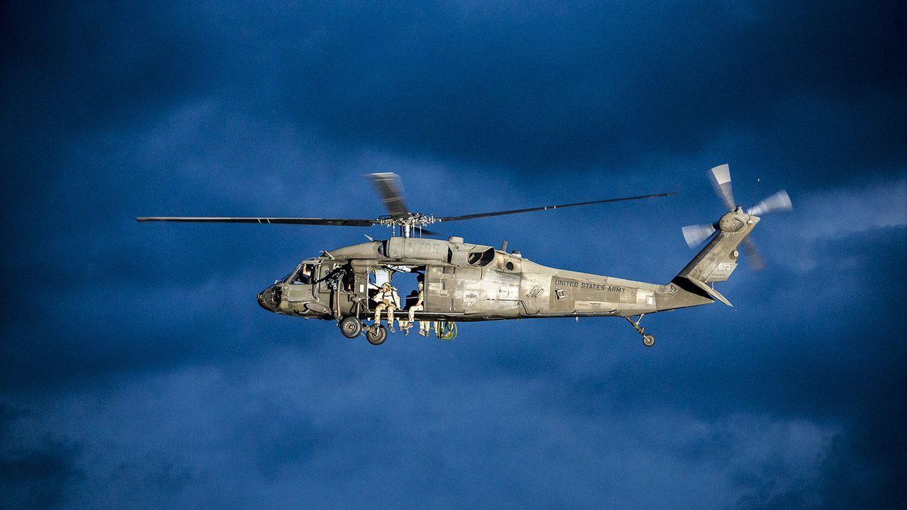 Der Flug ins Ungewisse: Die Kameraden der Spezialeinheit der Navy SEALs begeben sich auf eine gefährliche und geheime Mission ... - Bildquelle: Skip Bolen Skip Bolen/CBS   2017 CBS Broadcasting, Inc. All Rights Reserved