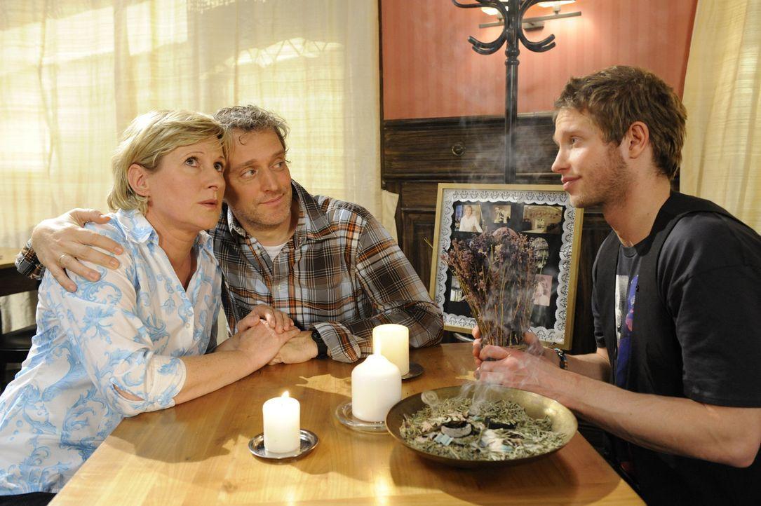 Mit Jojos (Bernhard Bozian, r.) Hilfe versuchen Susanne (Heike Jonca, l.) und Ingo (Wolfgang Wagner, M.) den vermeintlichen Geist aus der Goldelse z... - Bildquelle: SAT.1