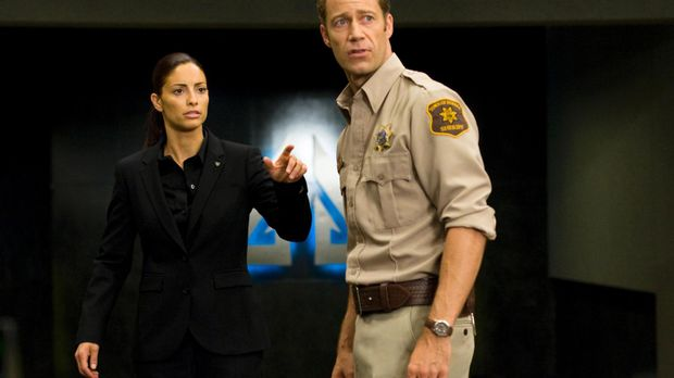 Ein Blick in die Zukunft: Carter (Colin Ferguson, r.) und Deputy Jo (Erica Ce...