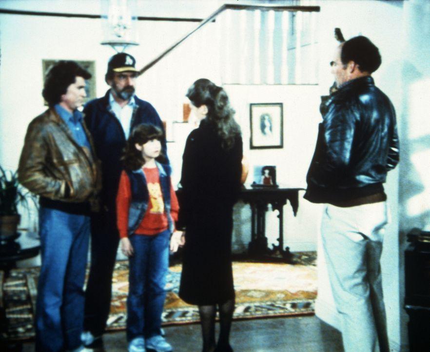 Jonathan (Michael Landon, l.) und Mark (Victor French, 2.v.l.) bringen die Ausreißerin Lori (Carrie Wells, M.) nach Hause. - Bildquelle: Worldvision Enterprises, Inc.