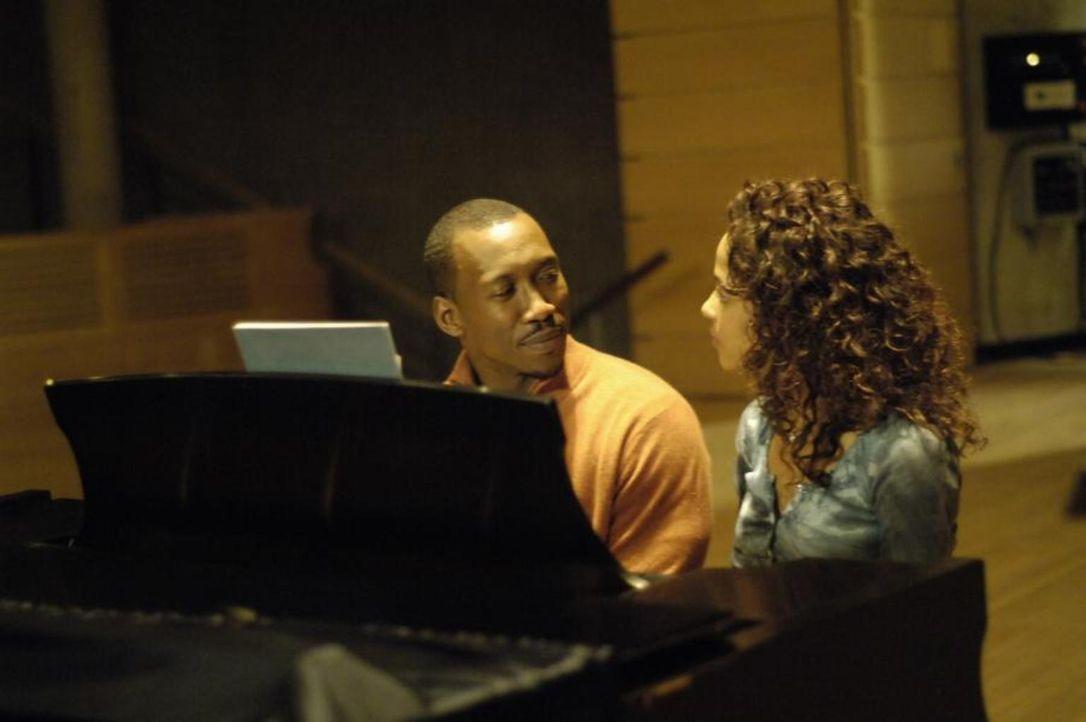 Richard (Mahershalalhashbaz Ali, l.) spricht mit Isabelle (Megalyn Echikunwoke, r.), die gerade zum ersten Mal an einem Klavier sitzt und schon wie... - Bildquelle: Viacom Productions Inc.