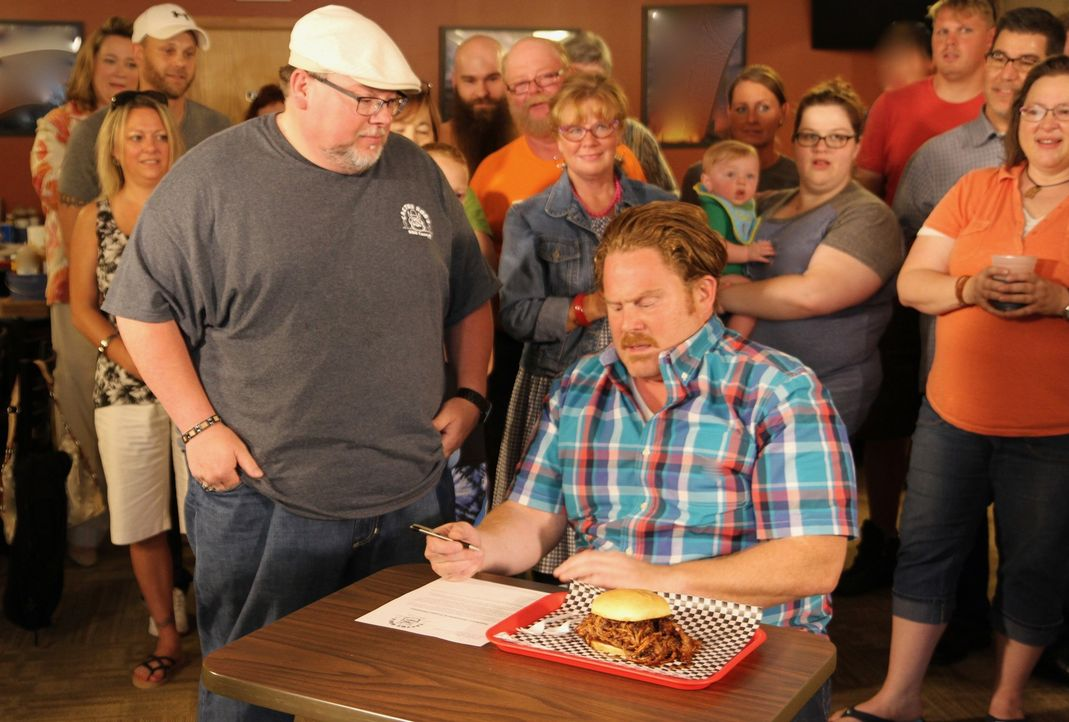 "Im ""Cactus Bob's BBQ Corral"" in Des Moines präsentiert Inhaber Craig DeDecker (l.) Casey (r.) sein berühmtes Pulled-Pork-Sandwich. Ob Casey tatsächl... - Bildquelle: 2017,The Travel Channel, L.L.C. All Rights Reserved."