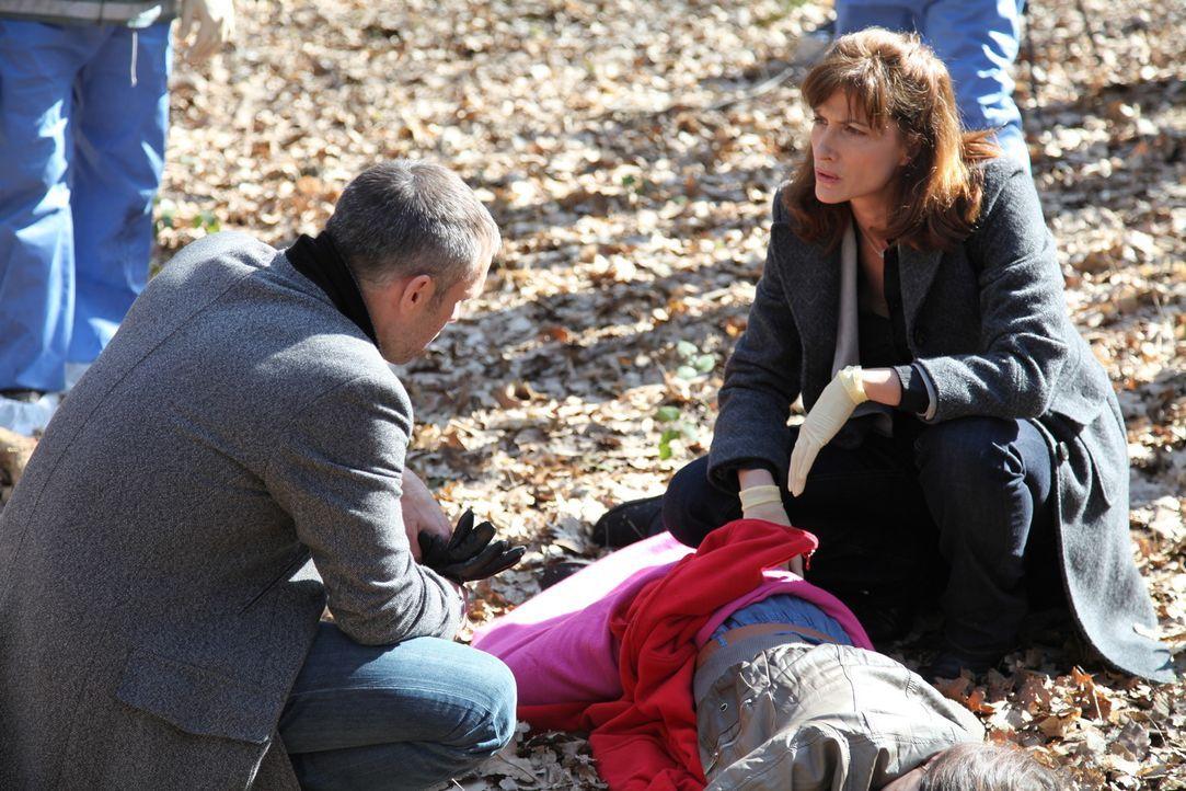 Ein Mord an einer jungen Jurastudentin beschäftigt Kommandant Rocher (Philippe Bas, l.) und die Gerichtsmedizinerin (Valérie Dashwood, r.) ... - Bildquelle: Stanislas Marsil 2011 BEAUBOURG AUDIOVISUEL
