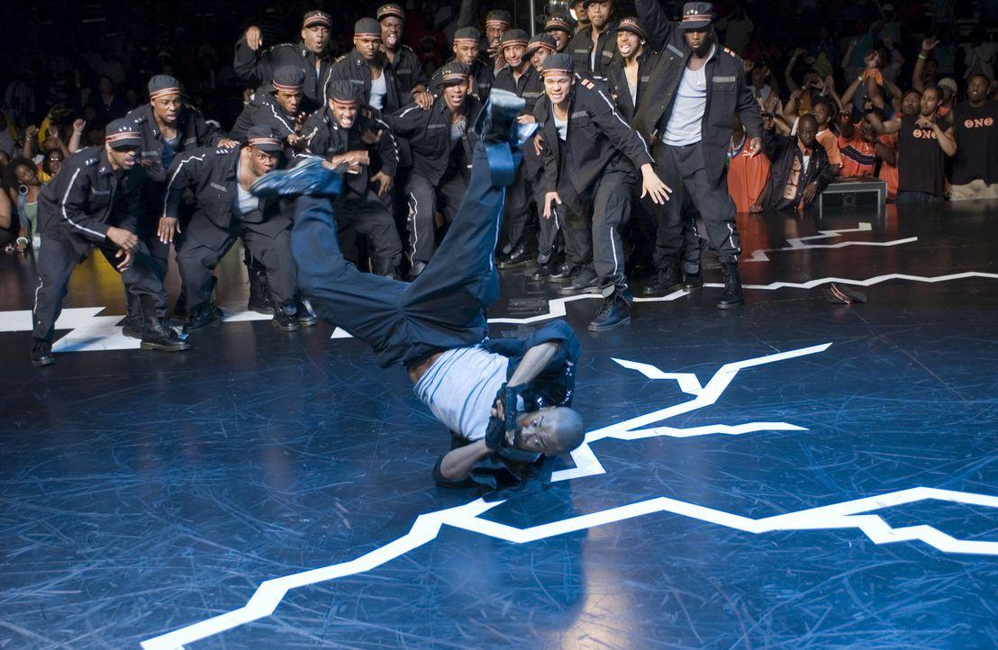 DJ (Columbus Short, vorne) gelingt es, Thetas Präsidenten Sylvester davon zu überzeugen, bei der Vorbereitung zum Wettkampf neue Wege zu gehen und d... - Bildquelle: 2007 CPT Holdings, Inc. All Rights Reserved. (Sony Pictures Television International)