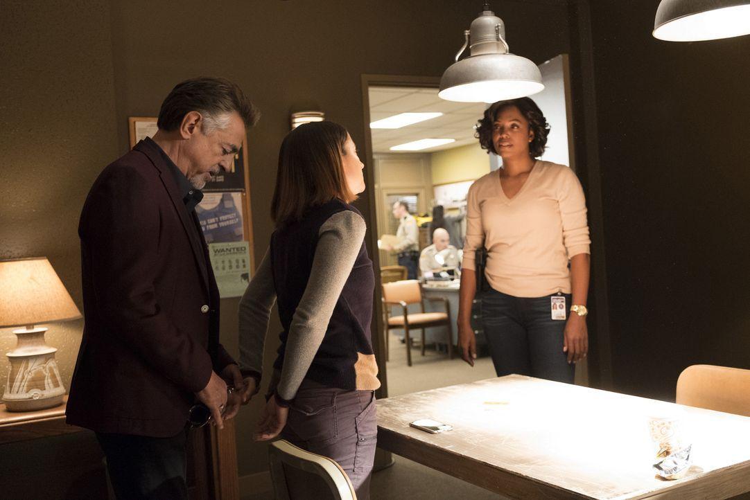 Kein unwichtiges Detail: Dass sie die Freundin eines der Opfer ist, müssen Rossi (Joe Mantegna, l.) und Lewis (Aisha Tyler, r.) der Verschwörungsthe... - Bildquelle: Eddy Chen ABC Studios