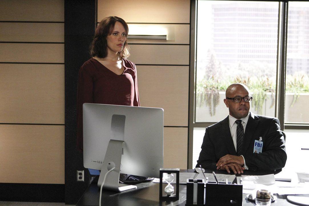 Der Entführer von Grace ist wahrscheinlich auch der Mörder von LaRoche, da sind sich Fischer (Emily Swallow, l.) und Abbott (Rockmond Dunbar, r.) zi... - Bildquelle: Warner Bros. Television