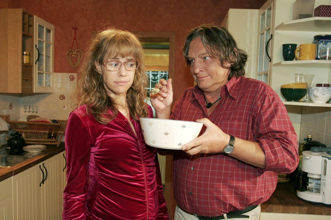 Lisa (Alexandra Neldel, l.) versucht dem verlockenden Angebot ihres Vaters (Volker Herold, r.) zu widerstehen - sie will sich an ihre Diät halten.... - Bildquelle: Monika Schürle Sat.1