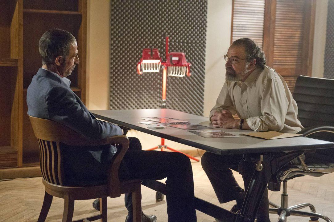 Javadi (Shaun Toub, l.) ist gefasst, doch anstatt ihn der Justiz auszuliefern, will Saul (Mandy Patinkin, r.) ihn zu einem Doppelagenten machen. Doc... - Bildquelle: 2013 Twentieth Century Fox Film Corporation. All rights reserved.