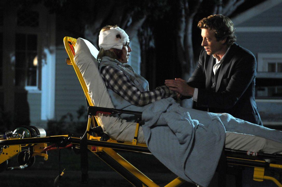 """Während eines """"Sondereinsatzes, läuft den Agents Cho und Van Pelt eine verwundete Frau (Tracy Middendorf, l.) vor das Auto. Diese scheint nicht klar... - Bildquelle: Warner Bros. Television"""