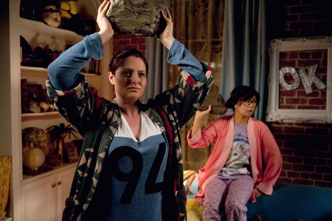 Während Kimmie befördert wird, fühlen sich Busenfreundinnen Marika (Lauren Ash, l.) und Helen-Alice (Liza Lapira, r.) vernachlässigt. Könnte die Bef... - Bildquelle: Warner Brothers