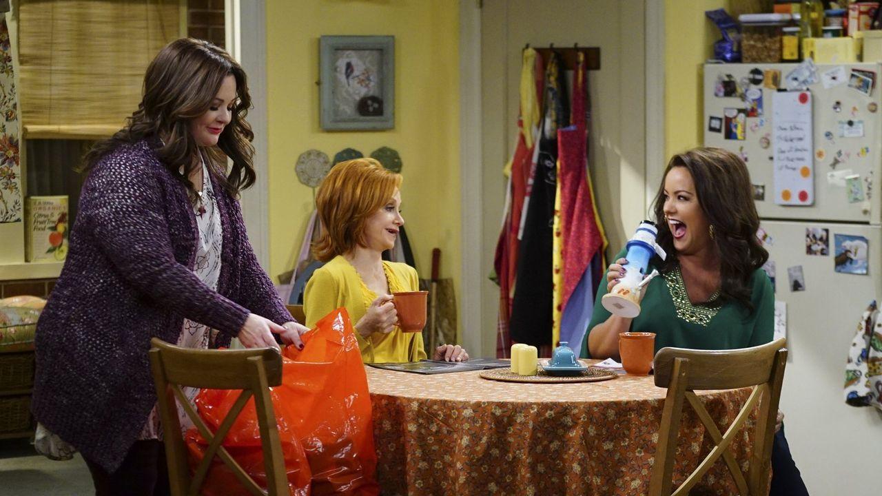 Molly (Melissa McCarthy, r.), Joyce (Swoosie Kurtz, M.) und Victoria (Katy Mixon, r.) freuen sich, dass Vince und Mike ein Projekt gefunden haben, a... - Bildquelle: Warner Brothers