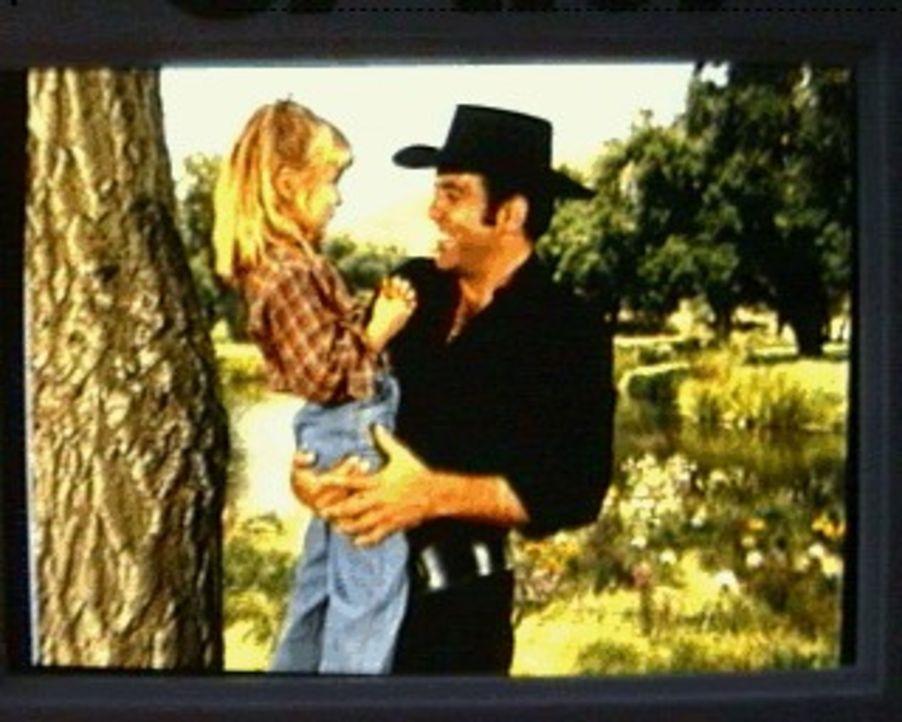 Die kleine Peggy (Katie Sweet, l.) wartet sehnsüchtig auf ihren Vater, doch sie weiß nicht, daß er bei einem Unfall ums Leben kam. Adam (Pernell Rob... - Bildquelle: Paramount Pictures