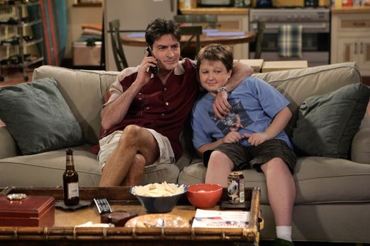 Two and a Half Men - Männerabend: Charlie (Charlie Sheen, l.) und Jake (Angus...