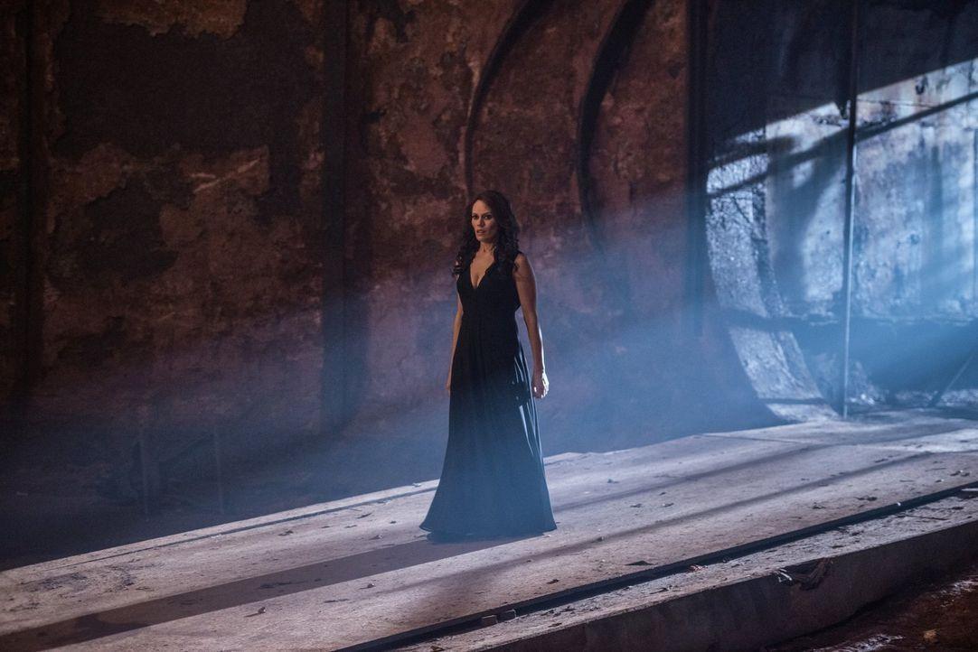 Wie wird Amara (Emily Swallow) reagieren, wenn sie merkt, dass ihr Auserwählter, Dean, sie hintergeht? - Bildquelle: 2014 Warner Brothers