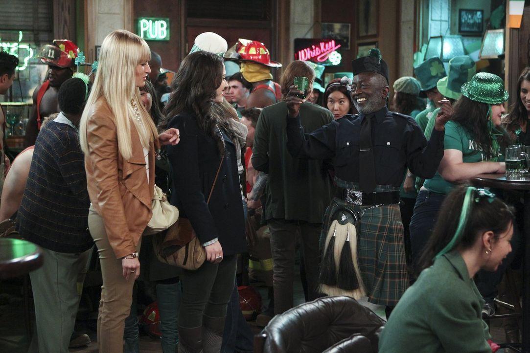 Während der St. Patrick's Day Party mit den Diner-Kollegen erinnert sich Caroline (Beth Behrs, l.) daran, wie sie in reichen Tagen mit ihren wohlhab... - Bildquelle: Warner Bros. Television