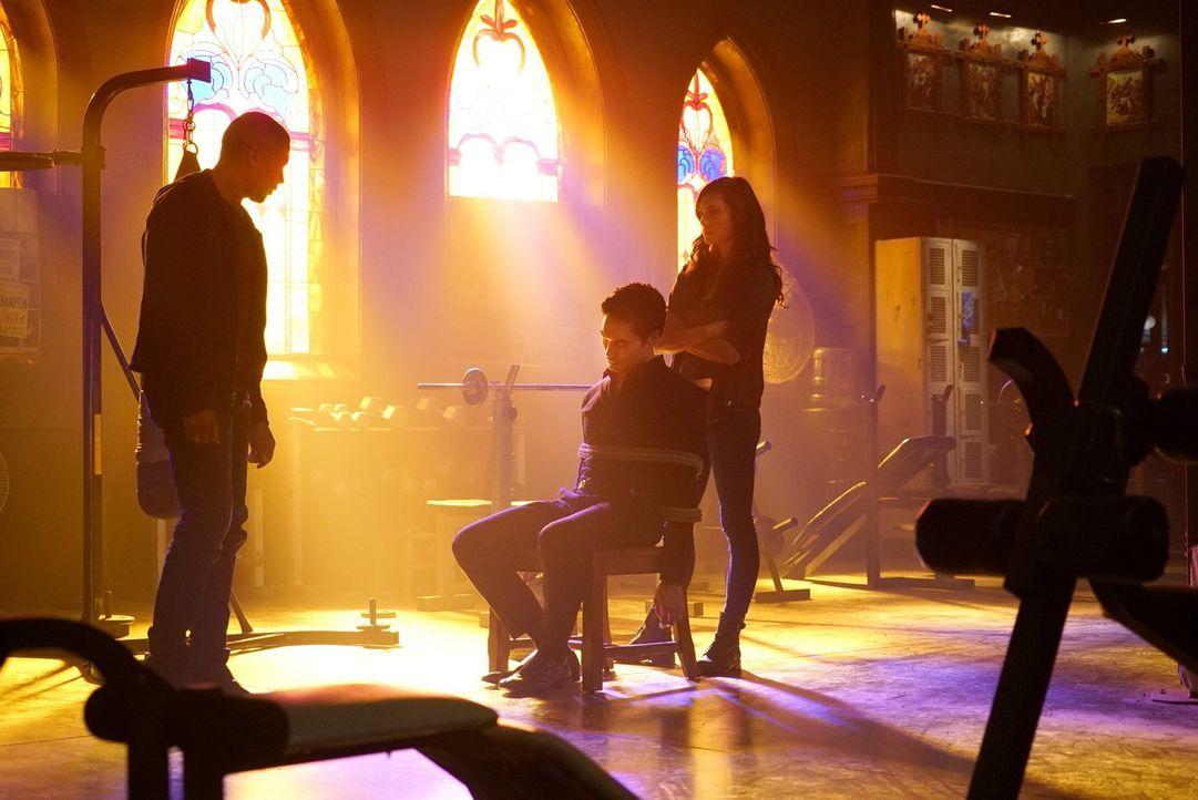 Noch ahnen Marcel (Charles Michael Davis, l.) und Hayley (Phoebe Tonkin, r.) nicht, zu was Shen (David E. Collier, M.) fähig ist ... - Bildquelle: Warner Bros. Entertainment Inc.
