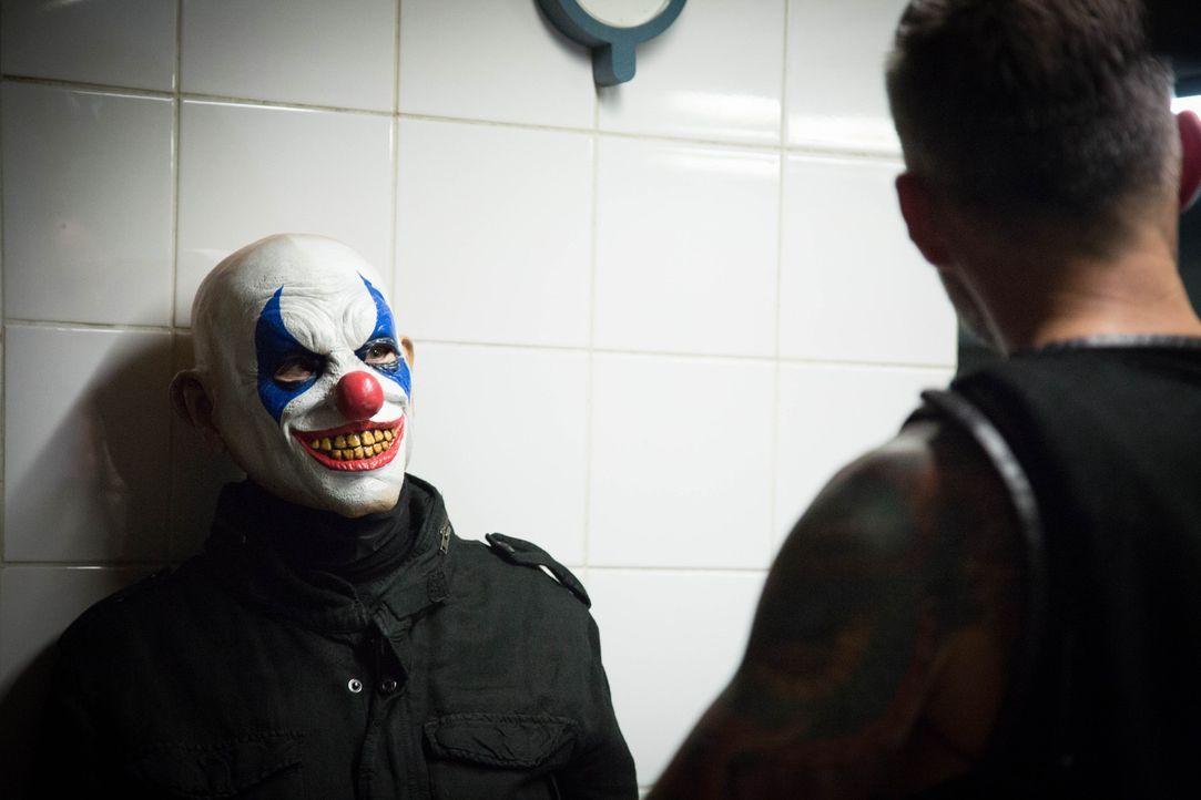 Ein Horrorclown treibt in Paris sein Unwesen und tötet Menschen. Können Rocher und sein Team den wahren, mörderischen Clown unter den vielen Hallowe... - Bildquelle: Eloïse Legay 2016 BEAUBOURG AUDIOVISUEL