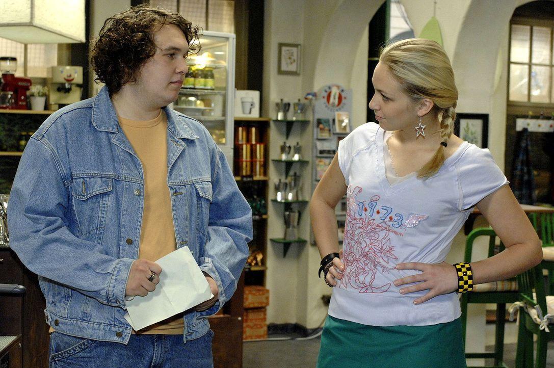 Nancy (Jil Funke, r.) hat eine Idee, als sich Kevin (Robert Hoffmann, l.) bei ihr um einen Job bewirbt. - Bildquelle: Oliver Ziebe Sat.1