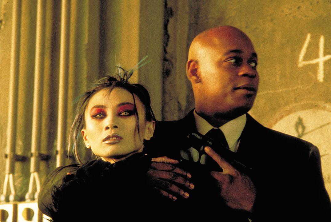 Begegnung der etwas anderen Art: Steve Grant (Bokeem Woodbine, r.) muss die geheimnisvolle Vampir-Lady Lucy Westenra (Bai Ling, l.) mit der Waffe be... - Bildquelle: 2004 Sony Pictures Television International. All Rights Reserved.
