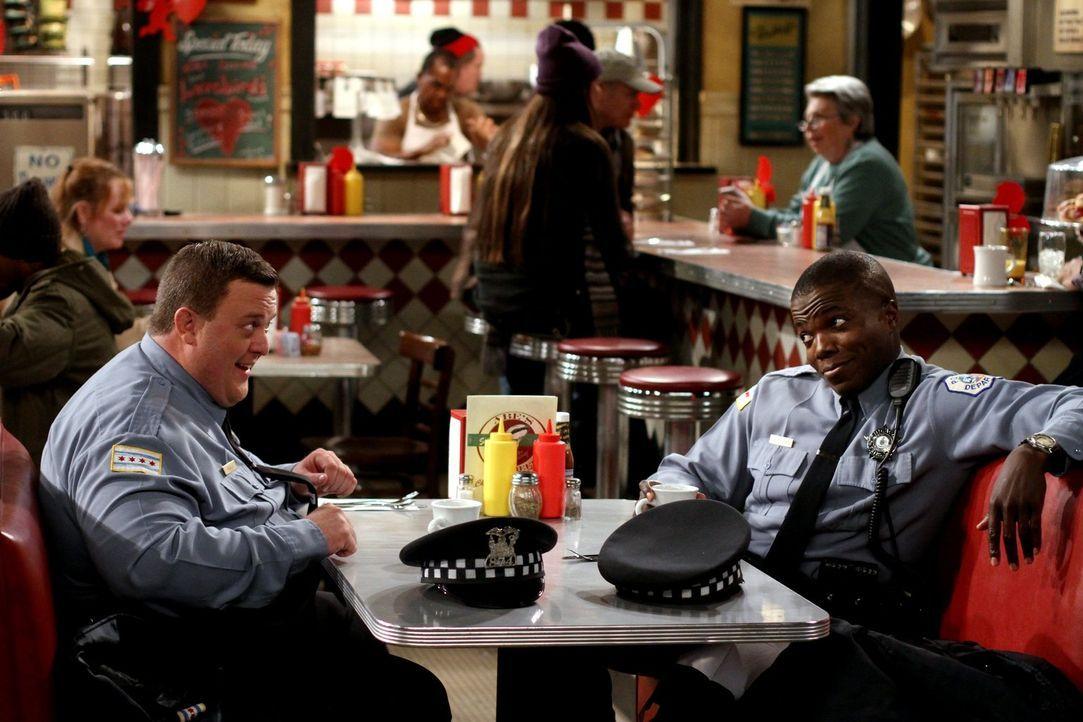 Mike (Billy Gardell, l.) erkennt zu spät, dass er vergessen hat, ein Restaurant für den Valentinstag zu reservieren. Um den Tag doch noch zu retten,... - Bildquelle: Warner Brothers
