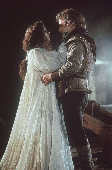 Gemeinsam nehmen die holde Marian (Mary Elizabeth Mastrantonio, l.) und Robin (Kevin Costner, r.), von den Kreuzzügen zurückkehrt, den Kampf gegen... - Bildquelle: WARNER BROS.