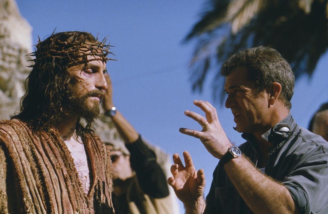 """Bei den Dreharbeiten zu """"Die Passion Christi"""": Jesus-Darsteller James Caviezel, l. und Regisseur und Produzent Mel Gibson, r. - Bildquelle: Icon Film Distribution Ltd."""