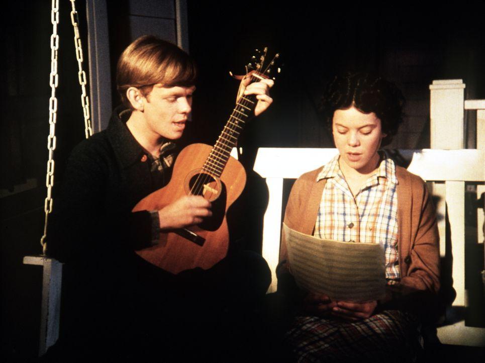 Jason (Jon Walmsley, l.) hat ein neues Lied komponiert und will, dass Sally (Erin Moran, r.) dieses in Bobby Bigelows Band singt ... - Bildquelle: WARNER BROS. INTERNATIONAL TELEVISION