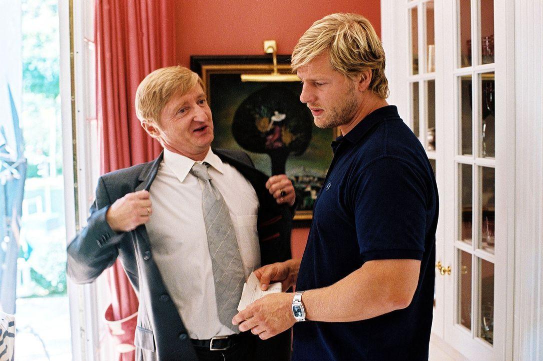 Der Politiker Richard Siebert (Michael Schreiner, l.) wäscht seine Hände in Unschuld. Leo (Henning Baum, r.) bleibt trotzdem skeptisch. - Bildquelle: Christian A. Rieger Sat.1