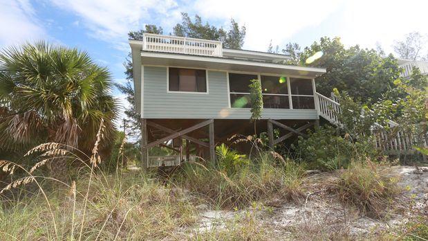 Greg und Kam sind auf der Suche nach einem Strandhaus auf der Insel Little Ga...