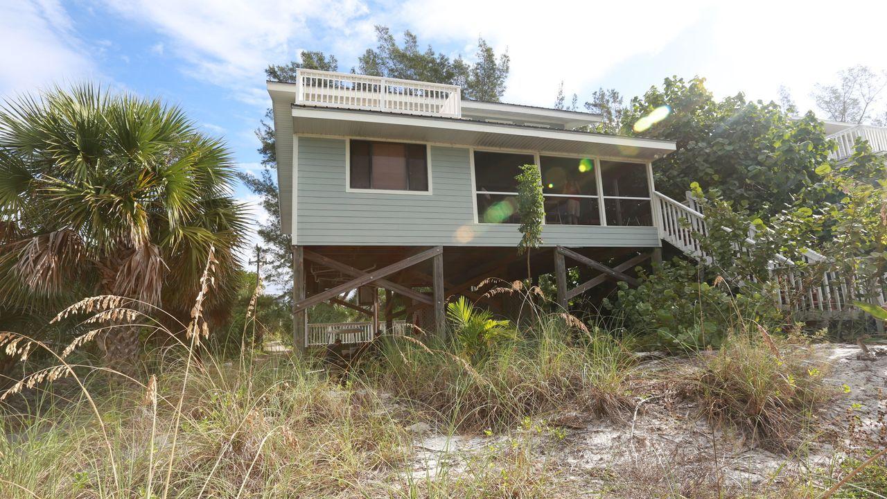 Greg und Kam sind auf der Suche nach einem Strandhaus auf der Insel Little Gasparilla. Wird der Immobilienmakler das passende Haus für ihren Geldbeu... - Bildquelle: 2014,HGTV/Scripps Networks, LLC. All Rights Reserved