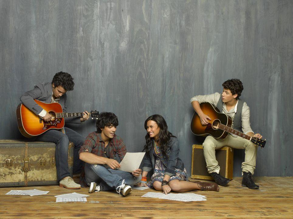 Der zweite Sommer in Camp Rock verläuft für (v.l.n.r.) Jason (Kevin Jonas), Shane (Joe Jonas), Mitchie (Demi Lovato) und Nate (Nick Jonas) zunächst... - Bildquelle: Disney