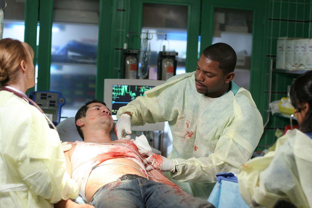 Clemente (John Leguizamo, liegend) kommt mit einer Schussverletzung ins County. Weaver (laura Innes, l.), Pratt (Mekhi Phifer, 2.v.r.) und Neela (Pa... - Bildquelle: Warner Bros. Television