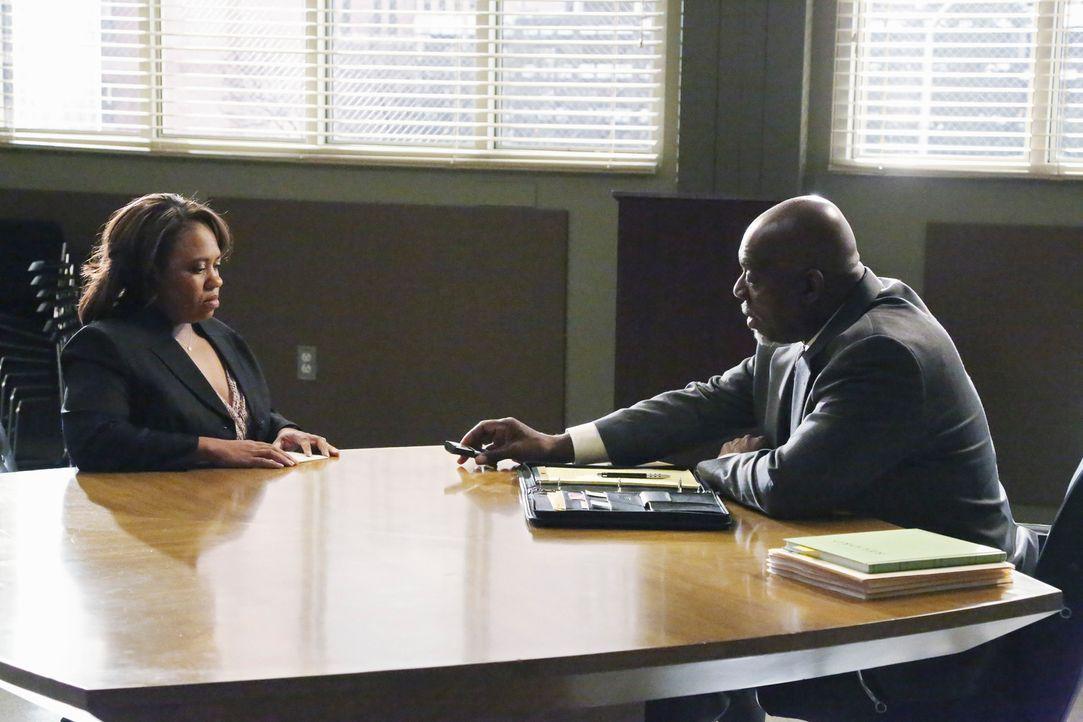 Bailey (Chandra Wilson, l.) wird von einem Ermittler des CDC (Thom Barry, r.) ausgiebig über ihre letzten drei Behandlungen verhört. Sie wird für da... - Bildquelle: ABC Studios