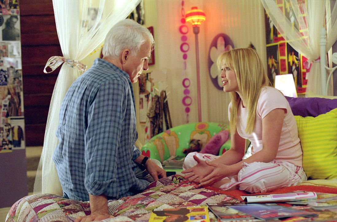 Tom (Steve Martin, l.) war es schon immer wichtig, zu allen Kindern ein gutes Verhältnis zu haben, aber seine pubertierende Tochter Lorraine (Hilary... - Bildquelle: 2003 Twentieth Century Fox Film Corporation. All rights reserved.