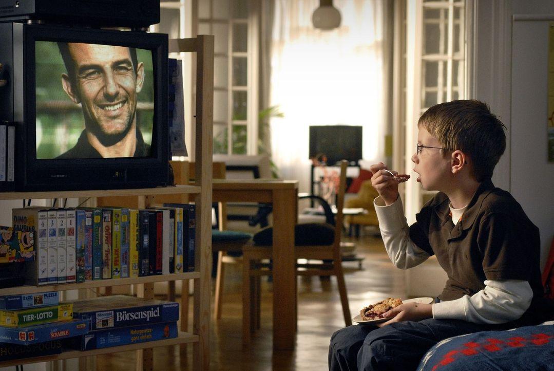Der elfjährige Tim (Lukas Schust) glaubt in dem Wissenschaftler Eric Winter seinen totgeglaubten Vater zu erkennen... - Bildquelle: Sat.1